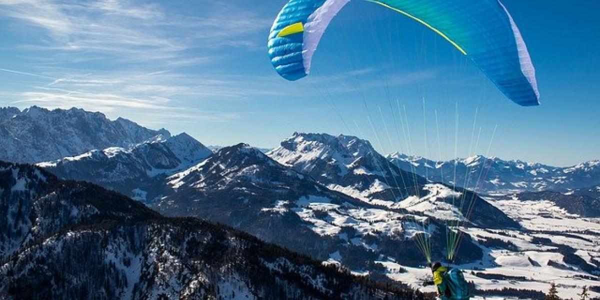Parapente au-dessus des montagnes enneigées: lancez-vous !